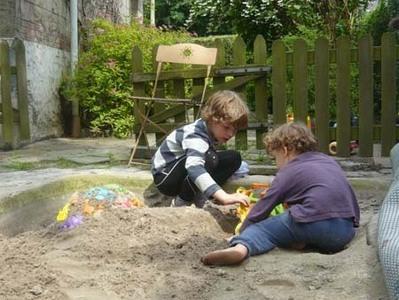 Ancien petit étang reconverti en bac à sable pour le grand plaisir des enfants.