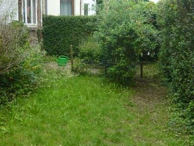 Le coin de verdure devant la maison (coté rue) avec bacs-potagers au fond.